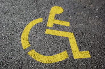 fotografía de señalética en estacionamiento reservado para discapacitados