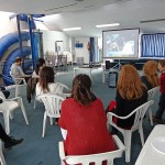 Voluntarios viendo un video de CILSA
